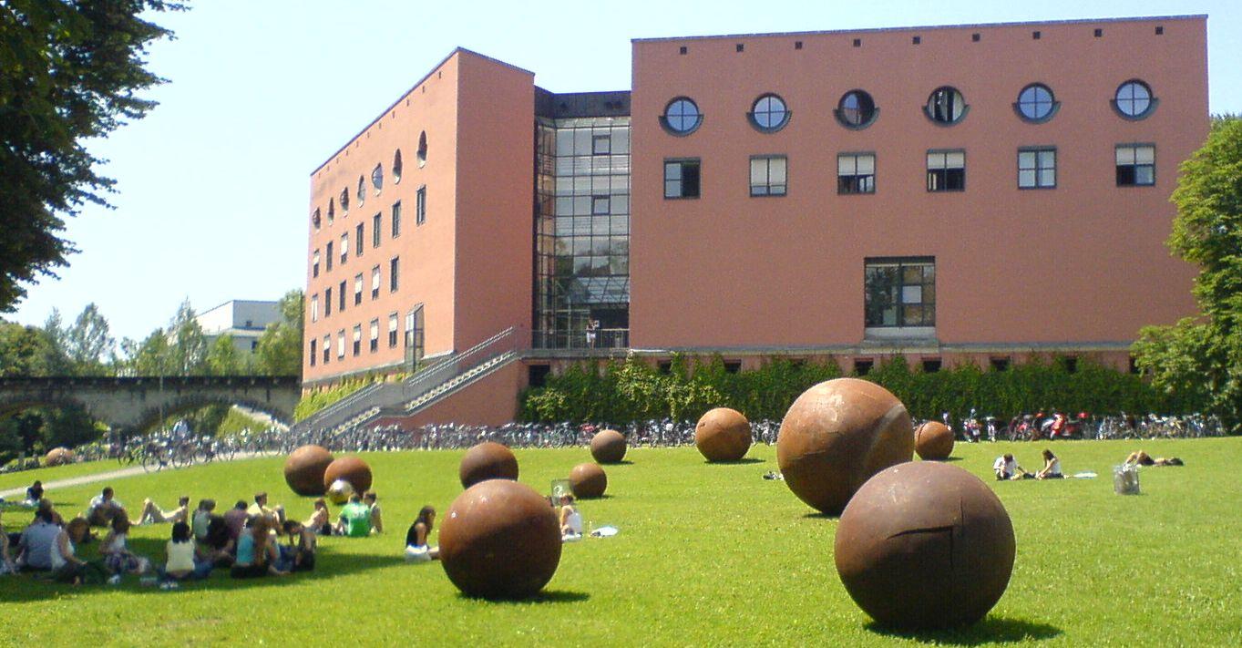 Das Philosophicum der Universität Passau im Sommer